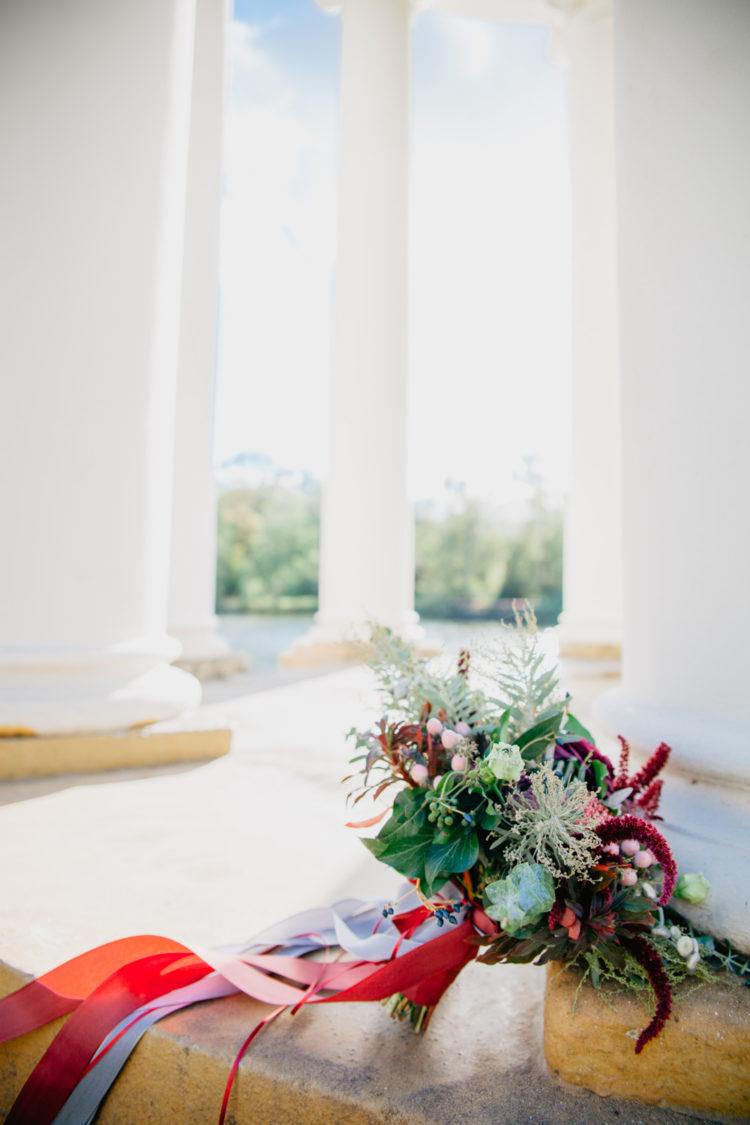 Romantische und gefühlvolle Hochzeitsfotografie. Brautpaar Fotoshooting im Park Markkleeberg. Zeitlose Hochzeitsfotos von Hochzeitsfotograf Anne Krämer aus Leipzig / Wolfenbüttel